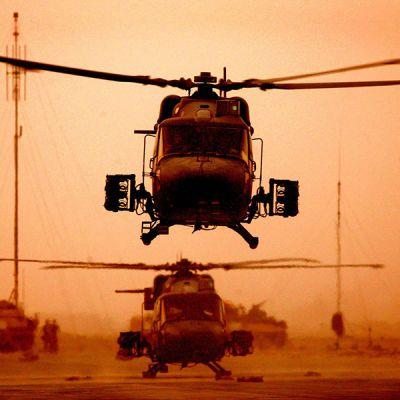Britannian armeijan kopteri lähdössä suorittamaan tehtävää Basrassa Irakissa 31. maaliskuuta 2003.