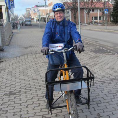 Kuvassa Itellasta eläkkeelle jäävät Rolf Lindkvist.