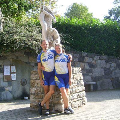 Kuvassa on Toni Klemola vaimonsa Marian kanssa ulkomailla pyöräilyreissulla.