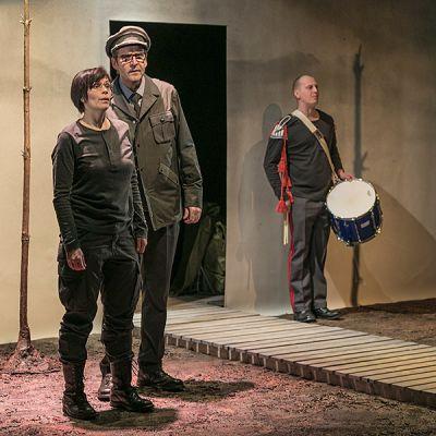 Maija Siljander, Jouko Puolanto ja Juha Pulli Riihimäen Teatterin esityksessä Puolustusvoimat - rakastettuni