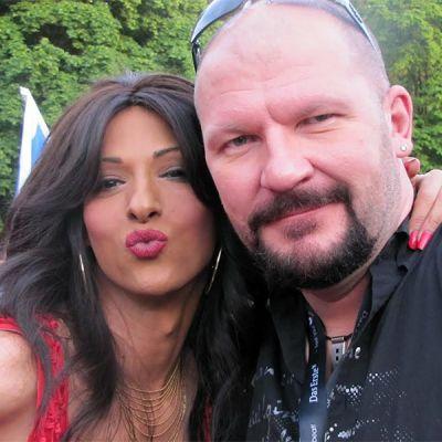 Tony Latva ja Israelin euroviisuedustaja Dana International vuoden 2011 Euroviisujen avajaisissa Düsseldorfissa