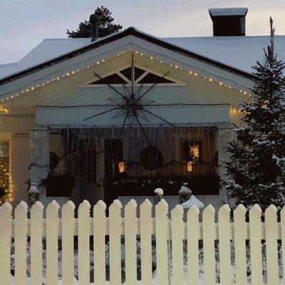 Kalle Penttilä sytyttää kotinsa jouluvalot marraskuussa 2020.
