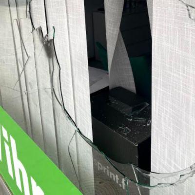 Vihreiden piiritoimiston ikkuna rikottu Porissa
