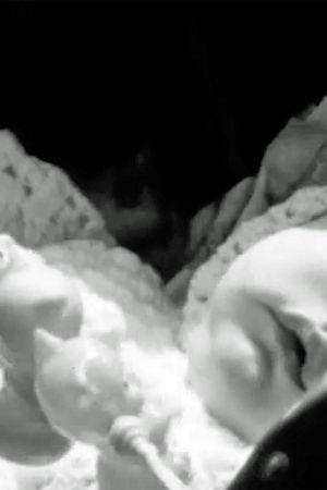 Bild på en bebis i en vagn