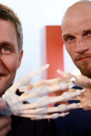 Risto Laitila ja Mikko Penttilä pitävät käsien anatomisia malleja.