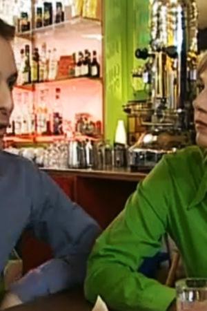 Unga personer i en bar.