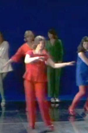 Dansande kvinnor förevisar mode.
