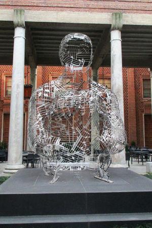 Jaume Plensan Musiikin sielu -taideteos Taiteiden palatsin edessä Cremonassa.