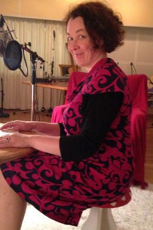 Johanna Korhonen istuu kärpässienijakkaralla