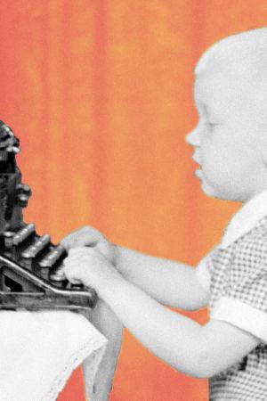 Pieni poika kirjoittaa kirjoituskoneella.