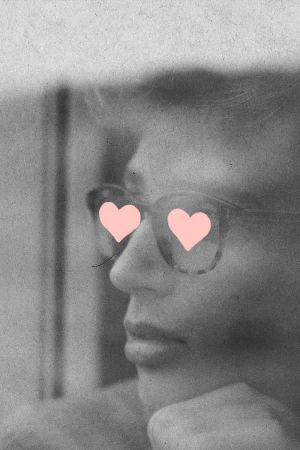 Poika katsoo itseään rakastavasti peilistä