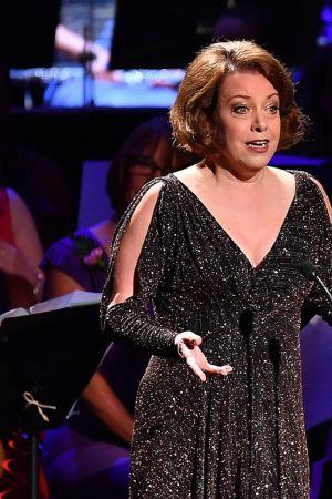 Sopraano Nina Stemme esiintymässä.