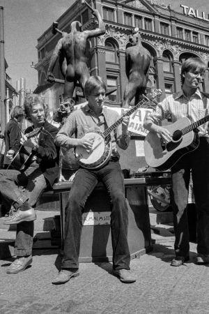 Elävän musiikin yhdistys Elmu ry:n katusoittotapahtuma Kolmen sepän aukiolla. Elmu kampanjoi tapahtumalla katusoiton vapauttamisen ja julkisen tilan käytön joustavuuden puolesta. Katusoittoyhtye esiintyy.