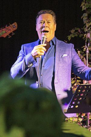Markku Aro lavalla.