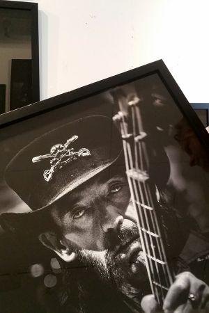 Juha Metso esittelee ottamaansa valokuvaa Lemmystä