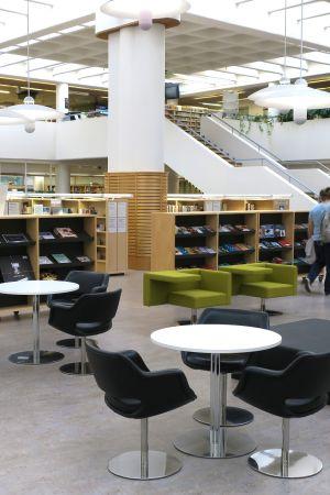 Jyväskylän kaupungin pääkirjaston aula.