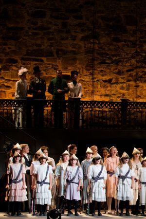 Savonlinnan Oopperajuhlien lapsi- ja nuorisokuoro laulaa Patarouvassa