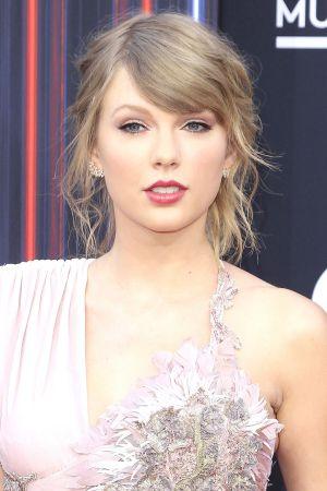Taylor Swift puolilähikuvassa.