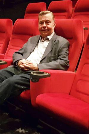 Elokuvakriitikko Tapani Maskula istuu elokuvateatterissa.