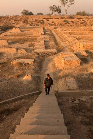 Mies nousee rauniokaupungista rakennettuja portaita.