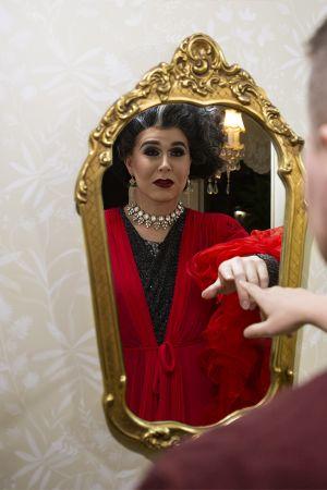 Drag-taiteilija Ville Kekäläinen katsoo peiliin jossa näkyy Linnea von Kattendam