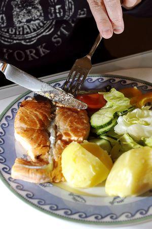 Lautasella lohta, perunaa ja salaattia.