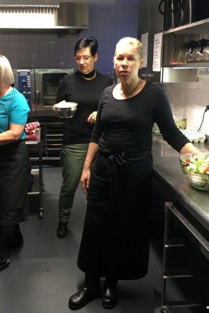 Sirpa Soares, Helena Kalema ja Nina Saarilehto keittiössä