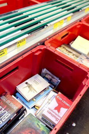 Kirjoja laatikoissa  kaupunginkirjaston logistiikkayksikössä Pasilassa.