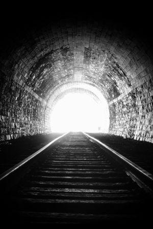 Junatunneli valoa näkyvissä