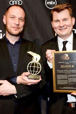 Ohjaaja Aleksi Salmenperä (vas) ja leikkaaja Samu Heikkilä palkittiin Nordisk Film -palkinnolla Jussi-gaalassa Helsingissä 22. maaliskuuta.