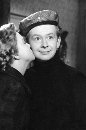 Lasse Pöysti elokuvassa Näkemiin Helena vuodelta 1955. Vastanäyttelijänä Elina Pohjanpää.