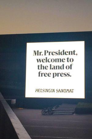 """Helsingin Sanomien valomainos, jossa lukee englanniksi """"Herra presidentti, tervetuloa vapaan lehdistön maahan"""" Musiikkitalon seinässä Helsingissä 14. heinäkuuta 2018."""