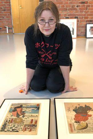 Tuula Moilanen japanilaisen taiteen keskellä.