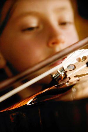 lapsi soittaa viulua