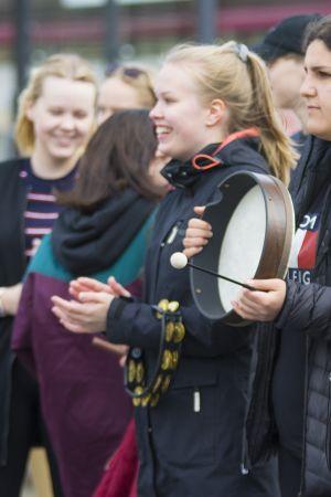 Musiikkiluokkalaisten esitys kaupungin keskustassa.