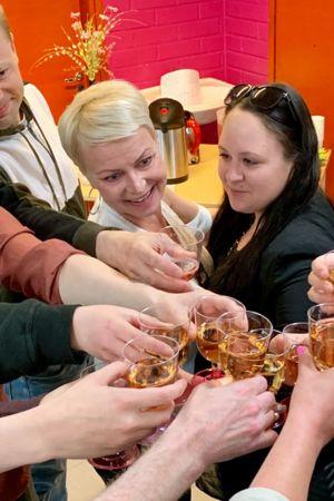 Ihmiset kilistelevät laseja juhlan kunniaksi.