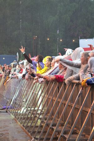 Yleisöä Provinssirokissa, kaatosateessa.