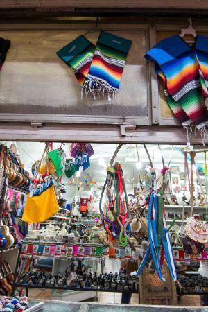 Meksikolaisia villakankaita, joiden kuosit muotisuunnittelija Carolina Herreran väitetään kopioineen.