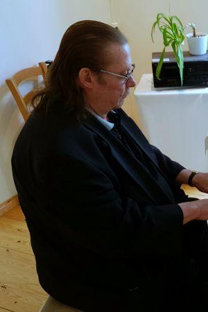 Kassu Halonen soittaa valkoista flyygeliä.
