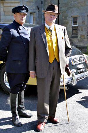 Oikealla seisova William Simons tuli tutuksi Alf Ventressin roolissa Sydämen asialla -sarjassa.
