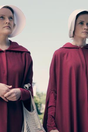 Handmaid's Tale -sarjan maailmassa osa naisista on alistettu orjattariksi.