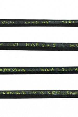 Kirjoituspuikko teksteineen kuvattuna kaikilta neljältä kyljeltään.
