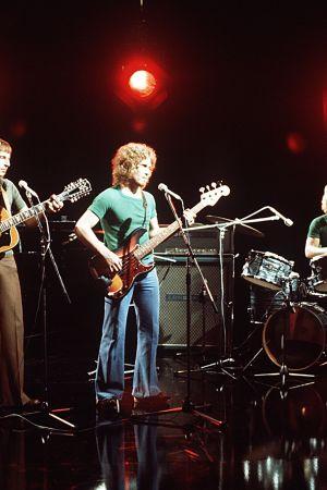 """Kaseva-yhtye esiintyy TV2:n """"Iltatähti""""-ohjelmassa vuonna 1974. Mikko Jokela, Nils Jokela, Asko Raivio ja Tapio Rauma."""
