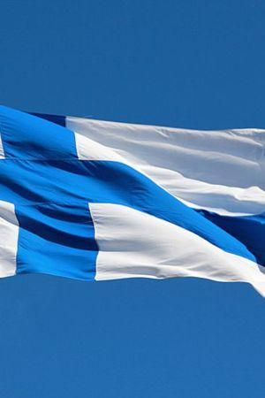 Kuvassa liehuva Suomen lippu.