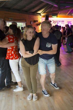 Ihmisiä tanssimassa tanssilavalla.