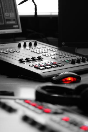 Radion äänipöytä Ylen studiossa.