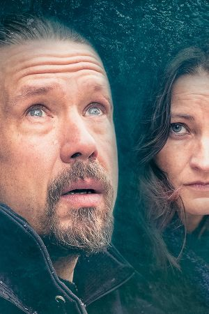 Koukussa-rikosdraaman toinen tuotantokausi, päähenkilöt Oskari (Tommi Eronen) ja Krista (Matleena Kuusniemi).