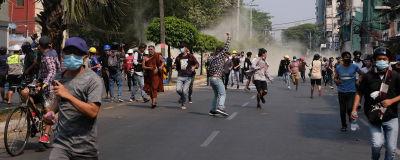 Demonstranter drabbade samman med polisen bland annat i landets största stad Rangoon, där flera personer dödades enligt ögonvittnen.