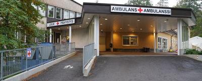 Ingången till jouren vid Raseborgs sjukhus i Ekenäs. Det finns skyltar där det står jour , päivistys och ambulans, ambulanssi, plus det röda korset.