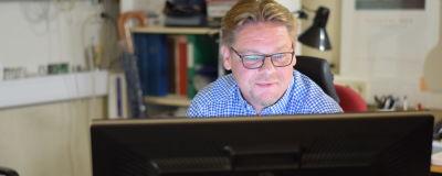 Man sitter vid dator och arbetar.